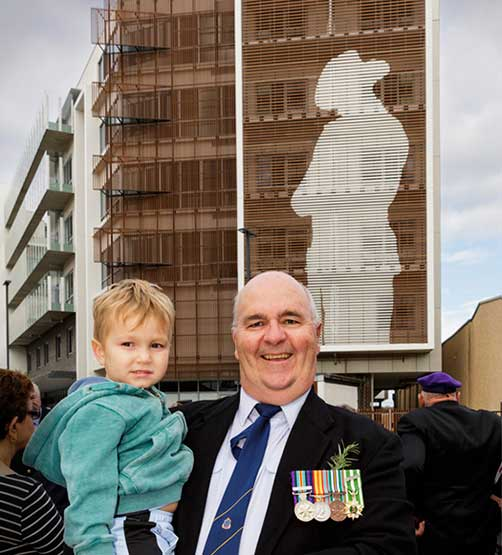 5-storey ANZAC digger mural overlooks dawn service in NSW